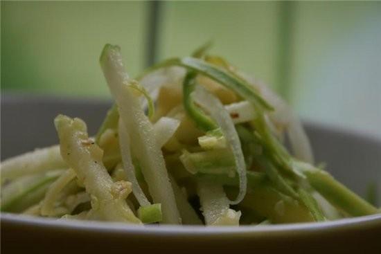 хороший салатик-легкий и свежий и под мясо и под рыбку отлично пошел