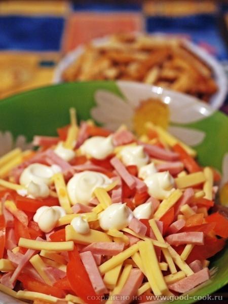 салат из сыра. помидор и сухариков