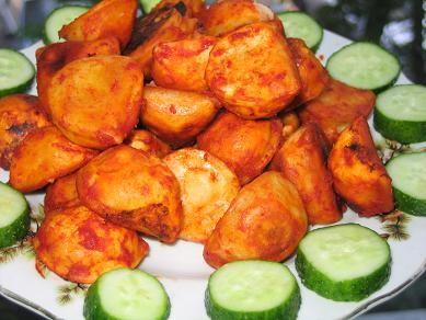 жареные вареники с картофелем и грибами в томатном соусе