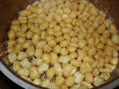 жарим во фритюре поливаем медом и перемешиваем