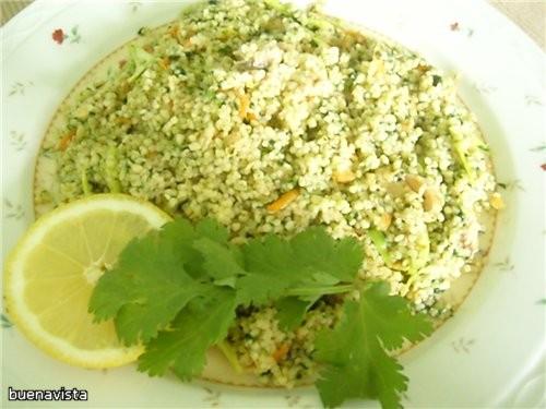 Салат из консервированного лосося с кус-кусом и овощами