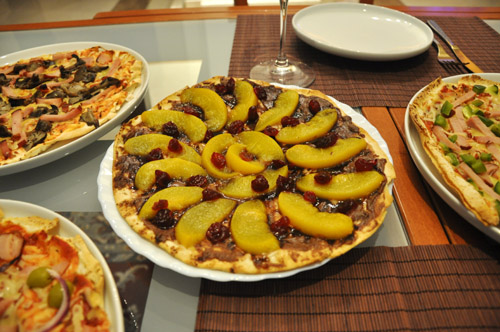 Пицца с креветками и соусом песто Ягодная пицца с бри Шоколадная пицца с персиками - 3