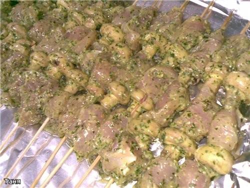 Шашлычки из куринных грудок в зеленом соусе
