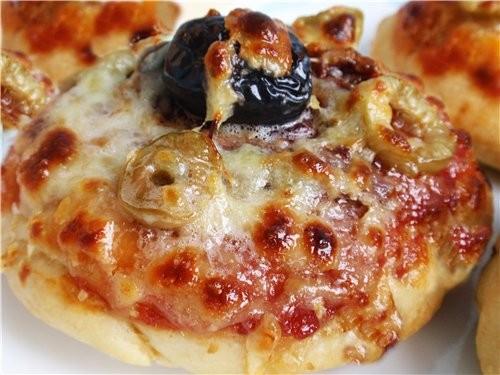 ПИЦЦЕТЫ С РАЗНЫМИ НАЧИНКАМИ Из половины порции Холодного дрожжевого теста можно сделать 9 -10 пицце...