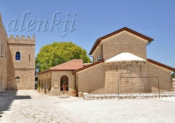 Далее направляемся в сторону маленькой церквушки,которая находится на территории монастыря