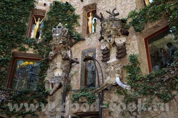 Это всё тот же внутренний дворик с разных сторон А это некоторые работы Салвадора Дали, которые пре...