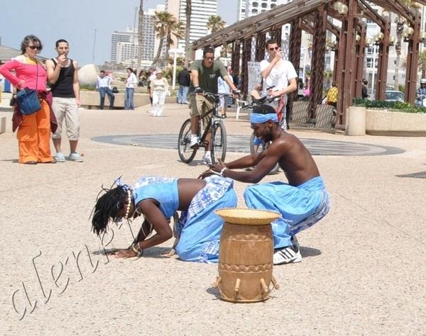 Здесь бродячие артисты развлекают своим африканским фольклером проходящих по набережной отдыхающих... - 4
