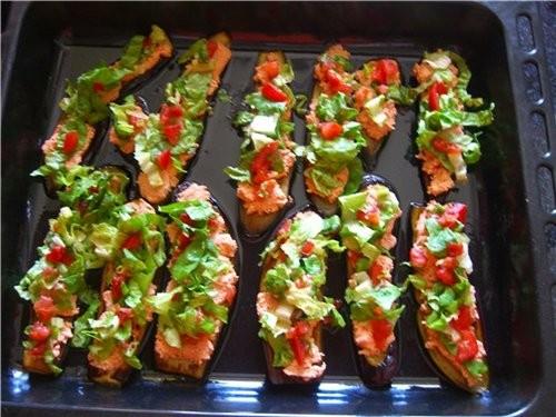 Жарим дольками баклажаны,творог мешаем с кетчупом,чесноком и зеленью,сверху выкладываем помидоры ку...