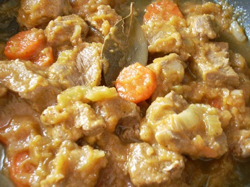 Мясо, тушёное в кабачковой икре с овощами