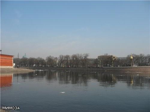 Вид на Троицкую площадь (площадь Революции) от Петропавловки