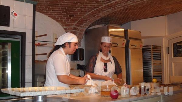 Парень-пекарь был очень весёлым, рассказывал как делать коротко и ясно на немецком и сразу на англи... - 8