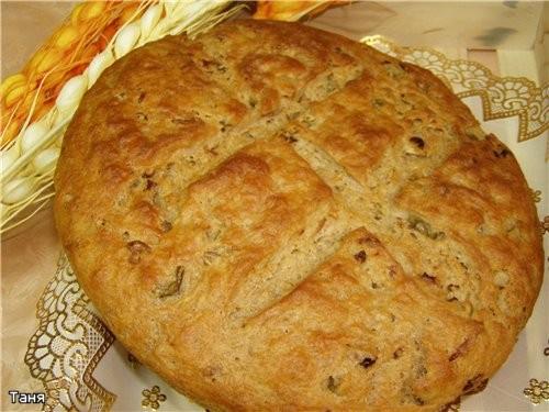 Ржаной хлеб с сушеными помидорами и оливками
