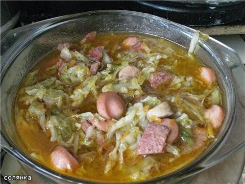 Солянка из свежей капусты сосисок парочка, колбаска полукопченая - несколько кусочков, говядина кус...