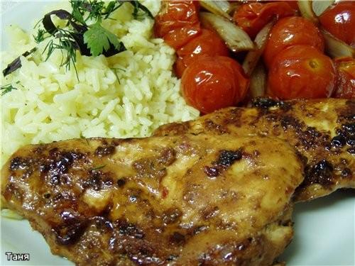 Куриная грудка в маринаде с помидорами и луком