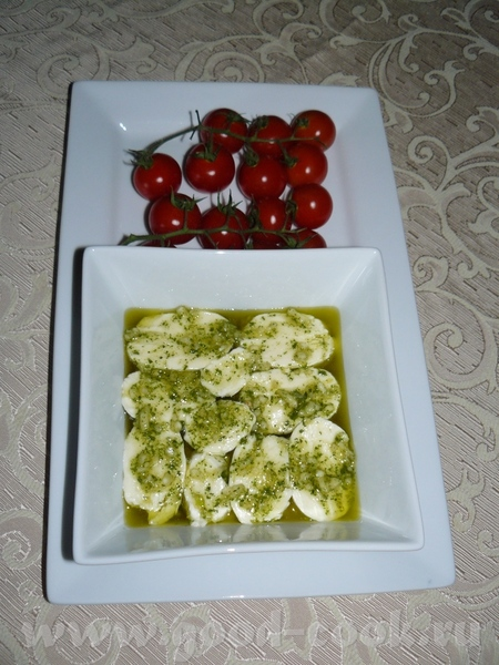 Моцарелла маринованая моцареллу порезать шайбами, развести готовую смесь-заливку для салатов по инс...