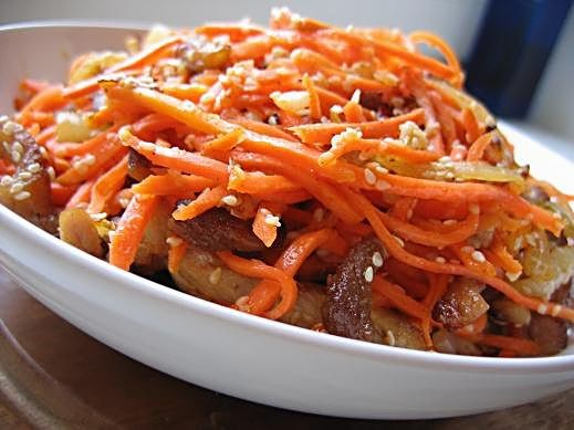 салат из моркови со свининой