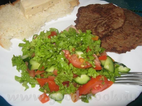 Завтрак: из салата, заправленного лимонным соком, оливковым маслом и горчицей; домашнего белого хле...