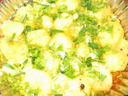 У нас сегодня картошка от Енотика и салатик:капуста, огурец соломкой, соль, ябл уксус, зелень