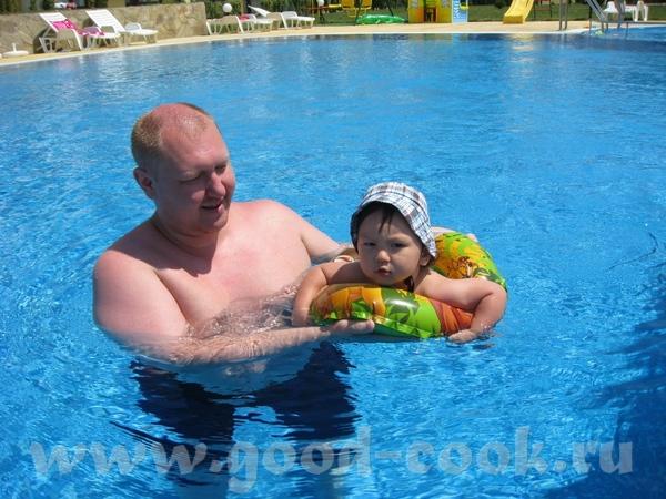 Купались в бассейне, Макс сначала боялся воды, потом привык, но круг был великоват, а в жилете он з...