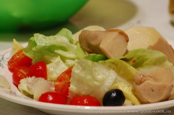 Это наш ужин вчера - муж сварил картошечки и к ней мамины маринованные боровики и салатик из овощей