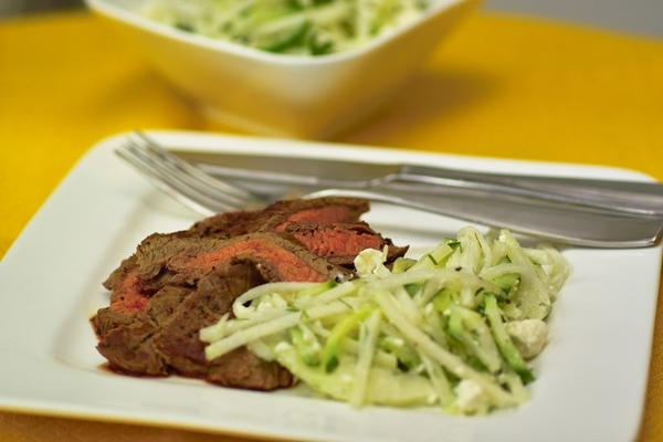 Flank Steak с огуречным салатом