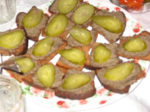 Оливье Сухарики из черного хлеба со шпротным паштетом и сол - 2