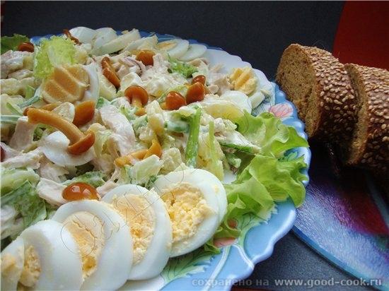 В этом салате по рецепту нужно мясо, но я его заменила на курицу, еще репчатый лук заменила зеленым