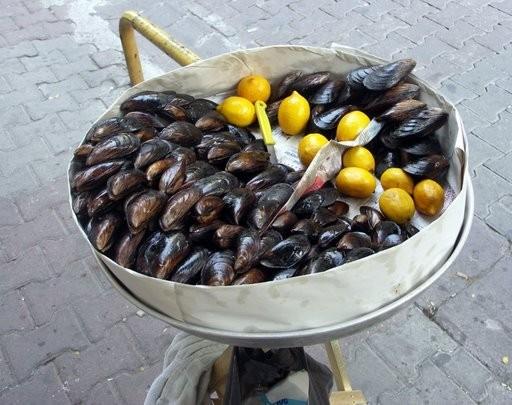 А мне очень понравились вот эти мидии в Стамбуле, продают прямо на улице, продавец сам открывает, п...