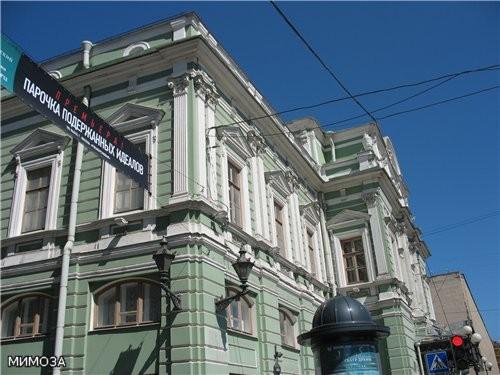 А это здание БДТ имени Товстоногова - я вам его тоже показывала зимой
