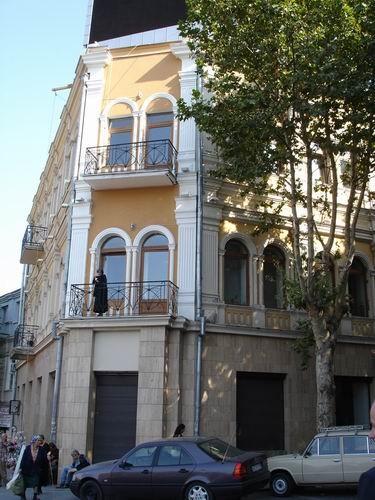 А это несколько зданий: на балконе этого дома стояла женщина и курила сигарету