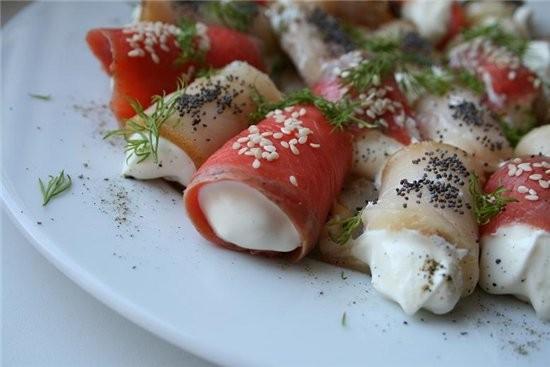 рулетики из рыбы 300 г красной рыбы и масляной копченой,150 г сливочного сыра,3 ст