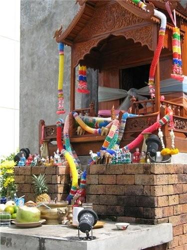 перед каждым тайским зданием сотят небольшие симпатичные домики,там живут духи,домик духов похож на... - 2