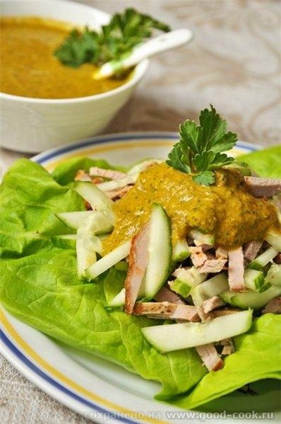 """Мясной салат с огурцом и зеленым соусом Идея соуса взята из майского """"Гастронома"""""""