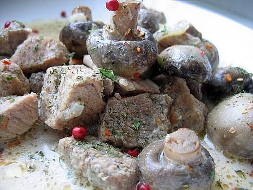 тушеная свинина с шампиньонами порезать мясо кубиками,сложить в кастрюлю ,добавить воды до половины...