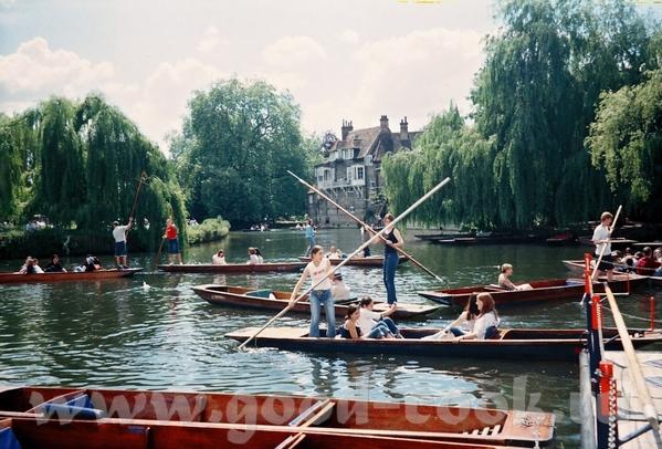 так как Кэмбридж - это Кэм(название реки)+бридж(мост) (ну не могли же они, в самом деле, находится...