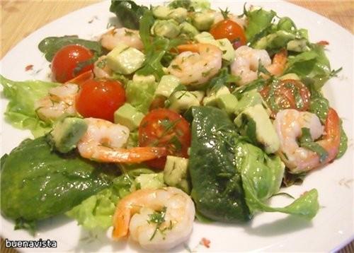 Зеленый салат с креветками, авокадо и помидорами