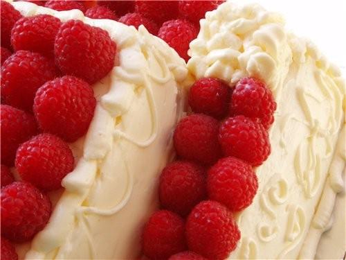 Е`тим тортом, я думаю, можно накормить небольшую, человек на 50 , свадьбу