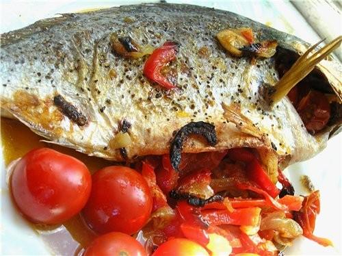Дорадо, запеченная с овощами и имбирем Форель на подушке из риса и шпината