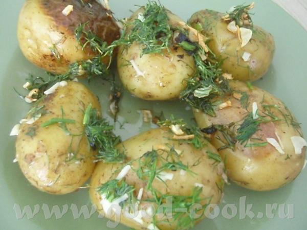 Картофель, обжаренный в кастрюле с чесноком и укропом