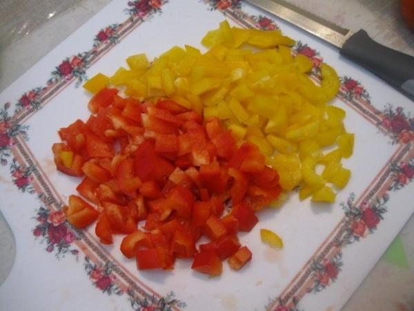 Нарезаем кубиками болгарский перец Овощи в сковороде не забываем помешивать - 2