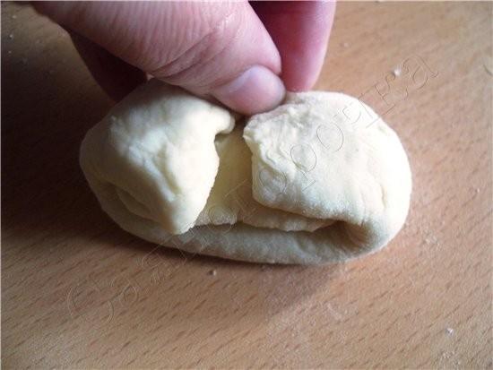 Сдобные булочки раскатать лепешечку, смазать ее маслом любым (можно даже растительным) чуть чуть и... - 5
