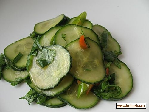 несу интересный салат из огурцов в маринаде из кинзы 2 стебля зеленого лука с головками,1 стручок о... - 2