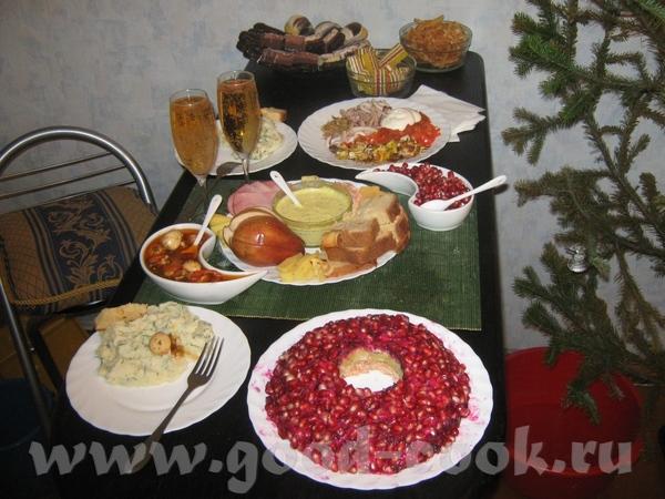 Показываю свой новогодний стол на 2-х горячее - мятый картофель с зеленью, один основной салат на т...