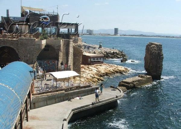 На отколовшейся когда-то стены сидят рыбаки да прохаживаются туристы - 2