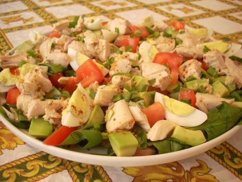 хороший, сытный, полезный салат, уместный для летнего ланча