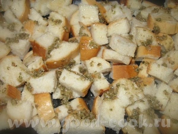 Полученной смесью поливаем кусочки хлеба на противне и перемешиваем