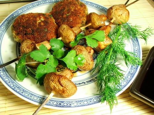 Эти маринованные грибы готовятся на гриле и подаются с соусом