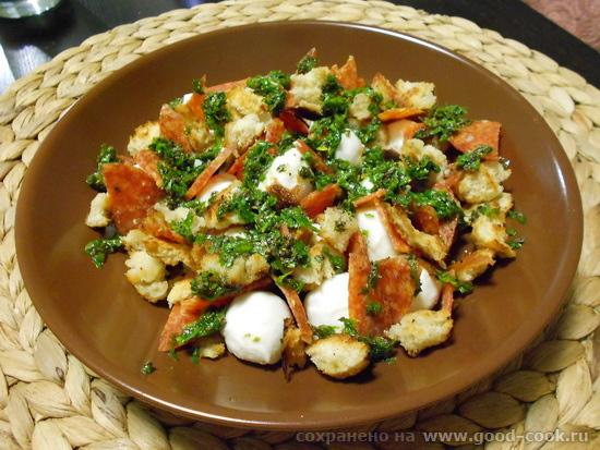 салат с моцареллой и салями