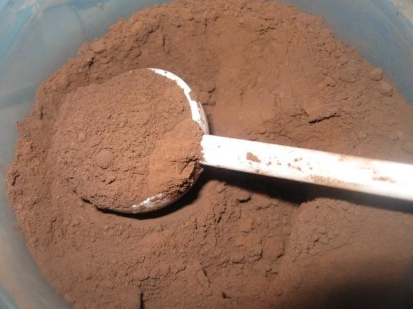 В замесочное блюдо помещаем 1200 мл муки (6 мерных совочков по 200 мл), около 300 г (2 мерных совоч... - 4