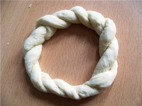Сдобные булочки раскатать два жгута и соединить концы перекрутить жгутом-косичкой соединить концы ж... - 4
